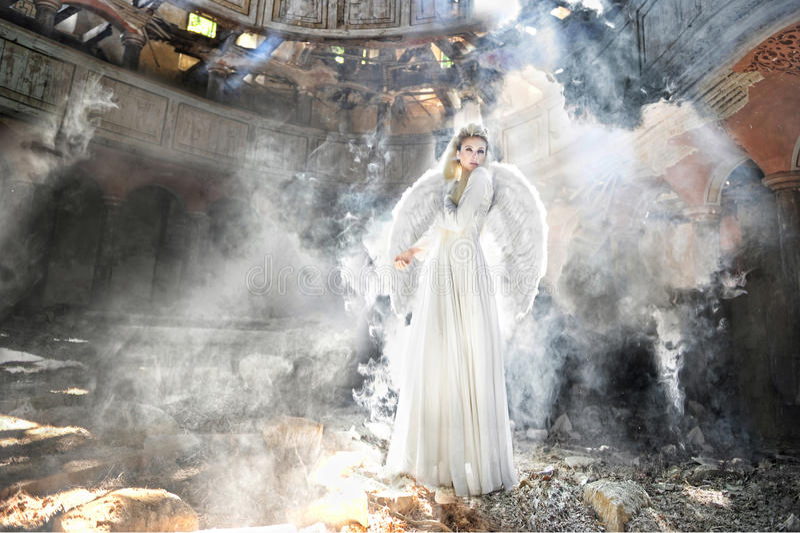 Mooie engelenvrouw in theater