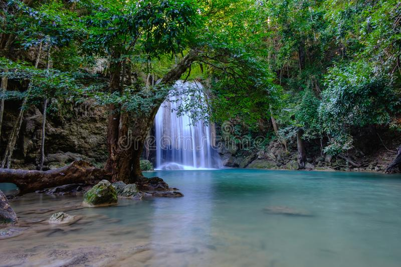 Mooie Erawan-Waterval in diep bos bij Nationaal Park, Ka stock afbeelding