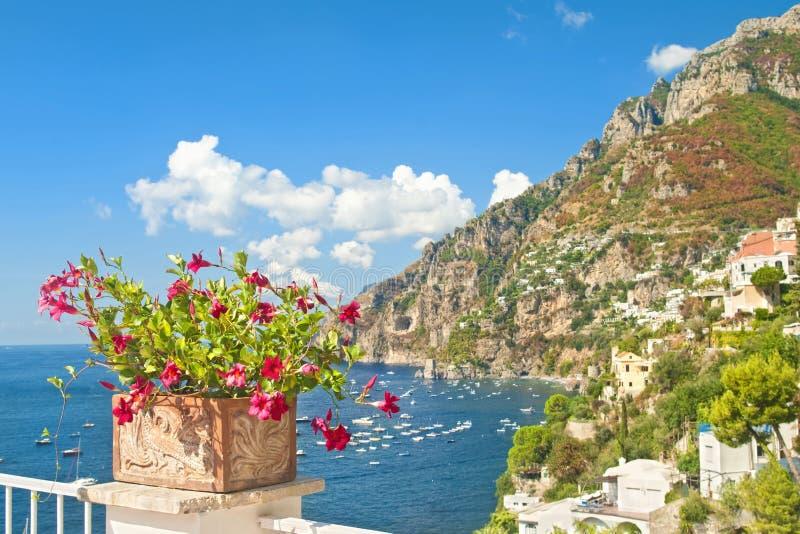 Mooie Europese stad, overzees en bergen met bloemen bij foreg royalty-vrije stock foto's