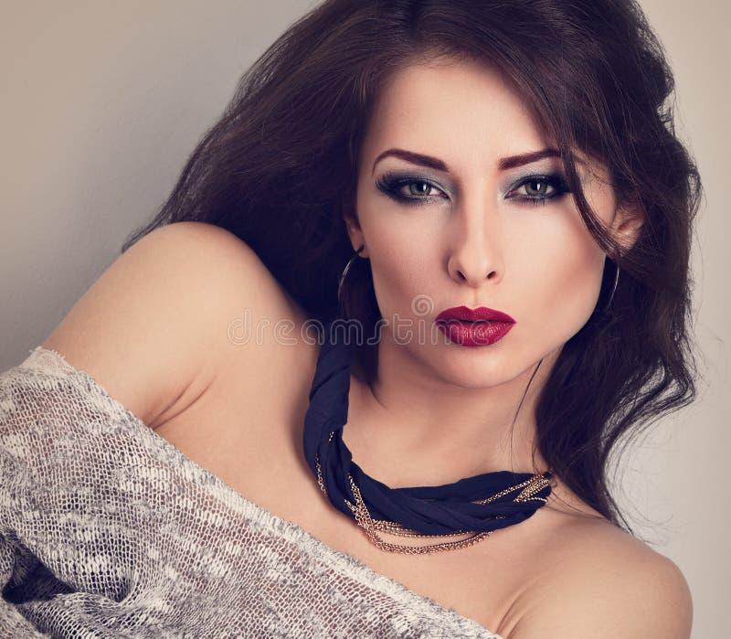 Mooie expressieve samenstellingsvrouw met rode lippen die binnen stellen met royalty-vrije stock fotografie