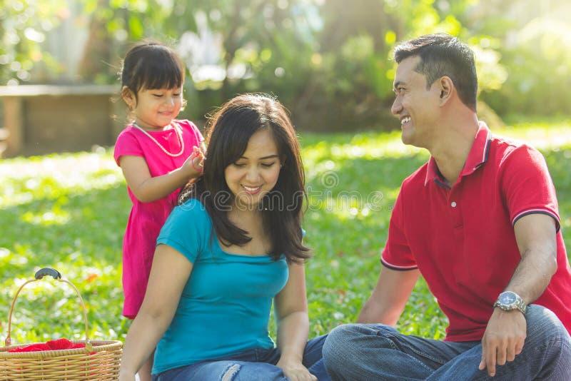 Mooie familie bij een park stock foto's