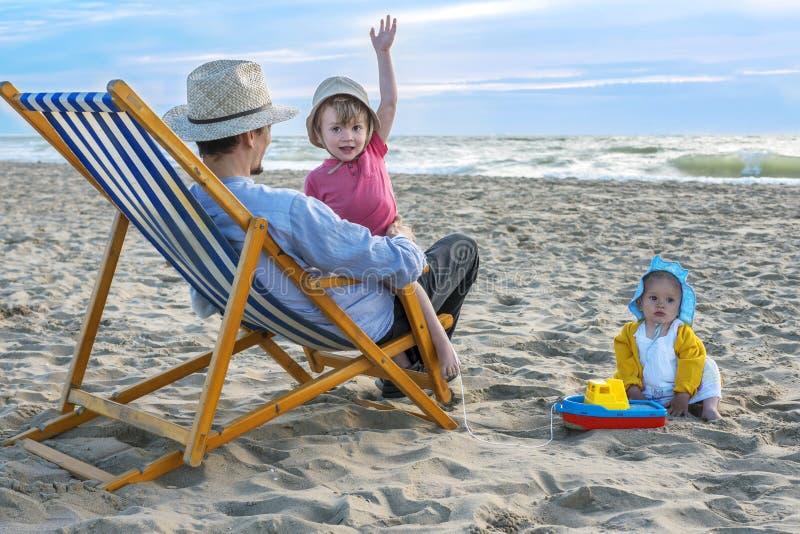 Mooie familie bij het strand royalty-vrije stock afbeeldingen