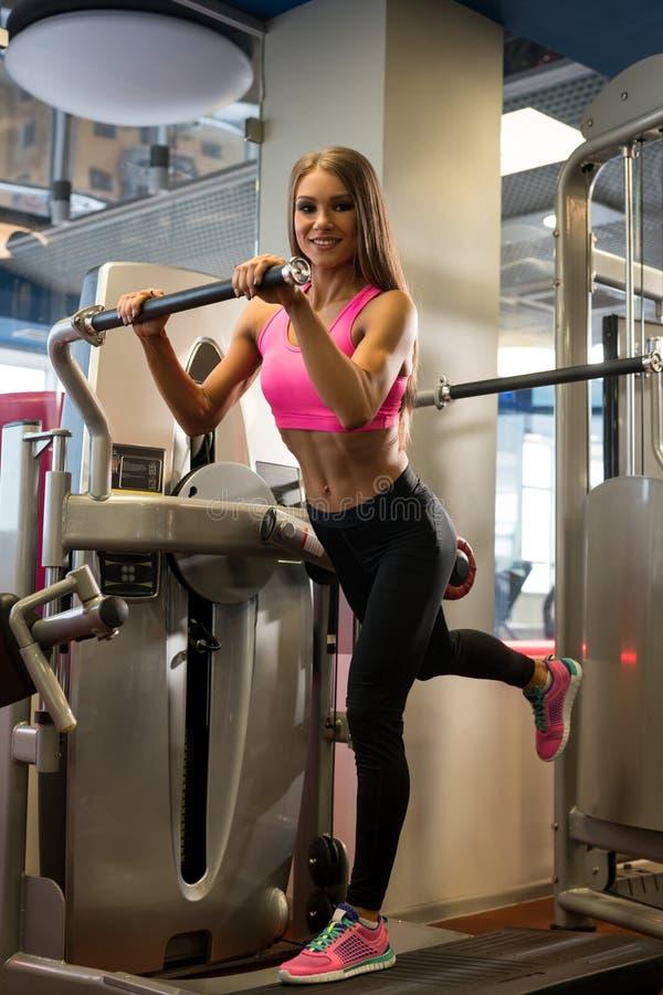 Mooie fitness trainer in het schot van de sportengymnastiek royalty-vrije stock foto's