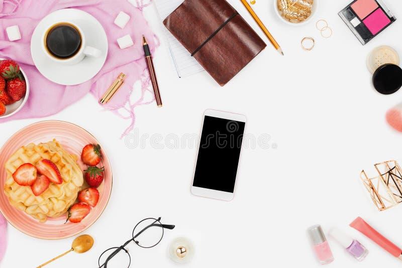 Mooie flatlay regeling met kop van koffie, hete wafels met room en aardbeien, smartphone met copyspace en schoonheid ac stock fotografie