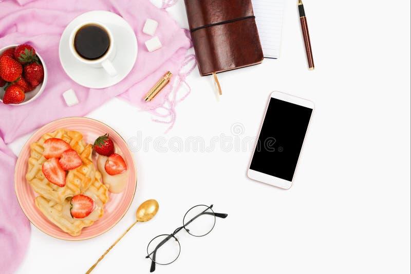 Mooie flatlay regeling met kop van koffie, hete wafels met room, smartphone met zwarte copyspace en andere zaken acces stock foto