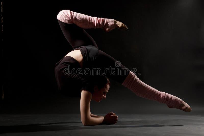 Mooie flexibele vrouw stock afbeelding