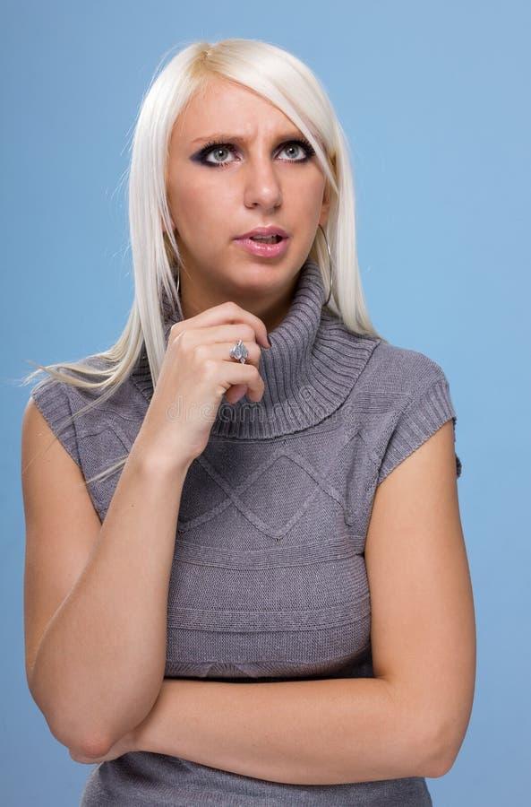 Mooie flirt jonge die vrouw, op blauw wordt geïsoleerd stock foto's