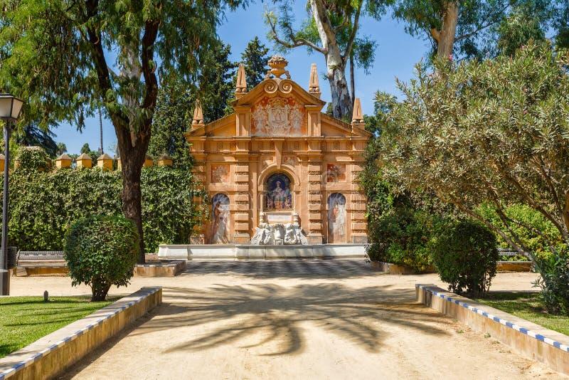 Mooie fontain in de Alcazar-vestingsmuur Monument Catalina Ribeira, betegeld portret en de Dames van Sevilla stock foto