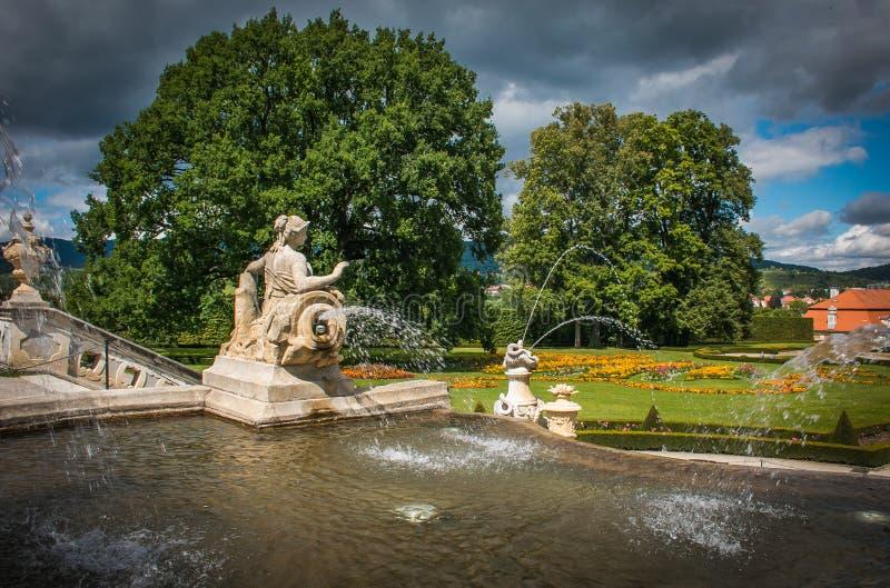 Mooie fontein in de tuin van het kasteel van Cesky Krumlov royalty-vrije stock foto