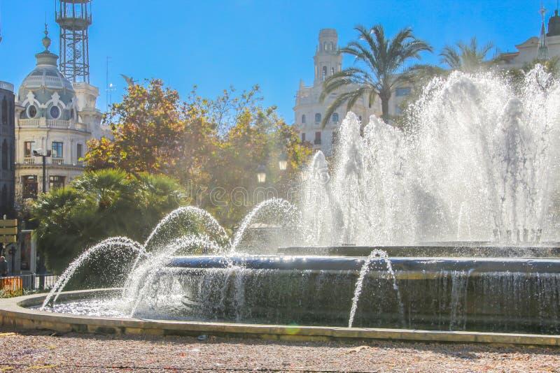 Mooie fontein in het centrale vierkant van Aiuntamiento in Valencia royalty-vrije stock fotografie