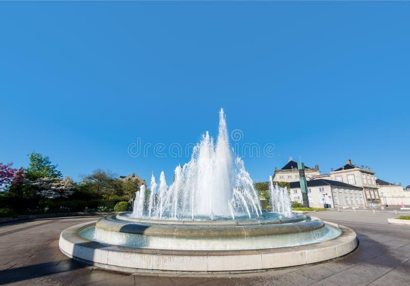 mooie fontein op vierkant met groene bomen en historische architectuur royalty-vrije stock foto's