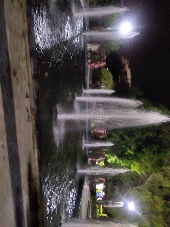 Mooie fontein in park stock afbeelding