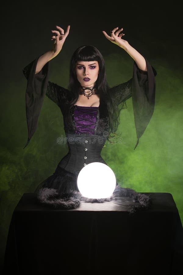 Mooie fortuinteller die gotische stijluitrusting, Halloween dragen stock fotografie