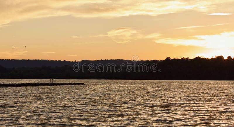 Mooie foto van een verbazende zonsondergang op een meer royalty-vrije stock afbeelding