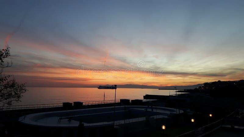 Mooie fotografie van de zonsondergang over het overzees van Genua royalty-vrije stock afbeeldingen