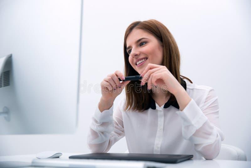 Mooie fotoredacteur die aan computer werken royalty-vrije stock afbeelding