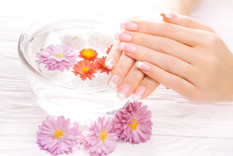 Mooie Franse manicure op witte houten lijst stock afbeeldingen