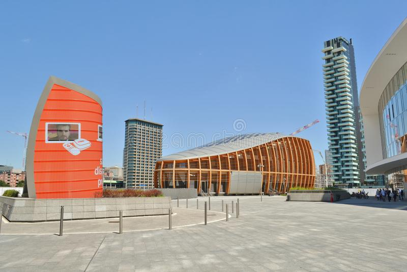 Mooie futuristische architectuur van het vierkant van Gael Aulenti in Milaan de stad in royalty-vrije stock foto's