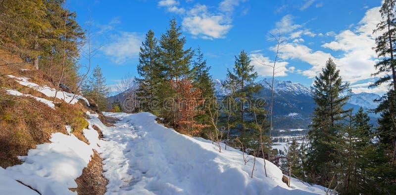 Mooie gang dichtbij wallgau, hoger Beieren royalty-vrije stock foto's