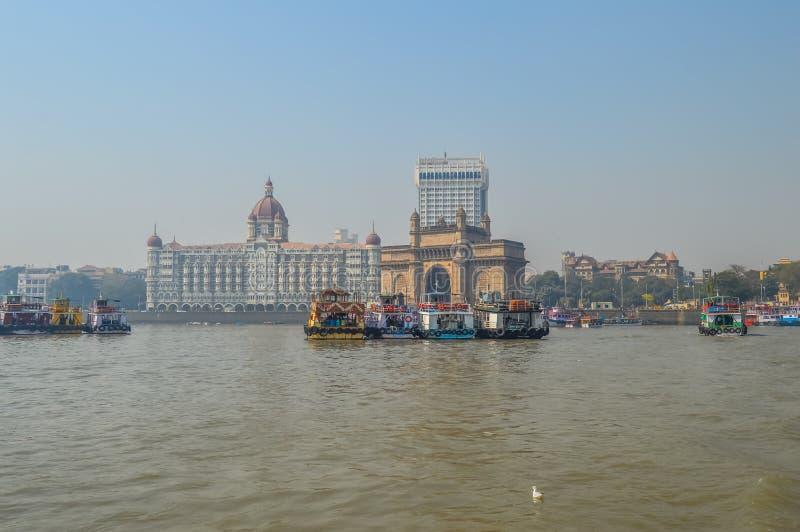 Mooie Gateway van India dichtbij Taj Palace-hotel op de Mumbai-haven met vele pieren op Arabische overzees royalty-vrije stock afbeelding