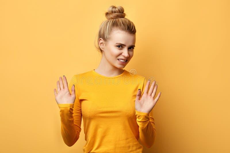 Mooie geïrriteerde jonge vrouw die handen opheffen royalty-vrije stock foto's