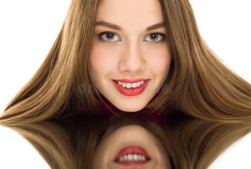 Mooie geïsoleerdem de spiegelglimlach van de vrouwenbezinning stock afbeelding