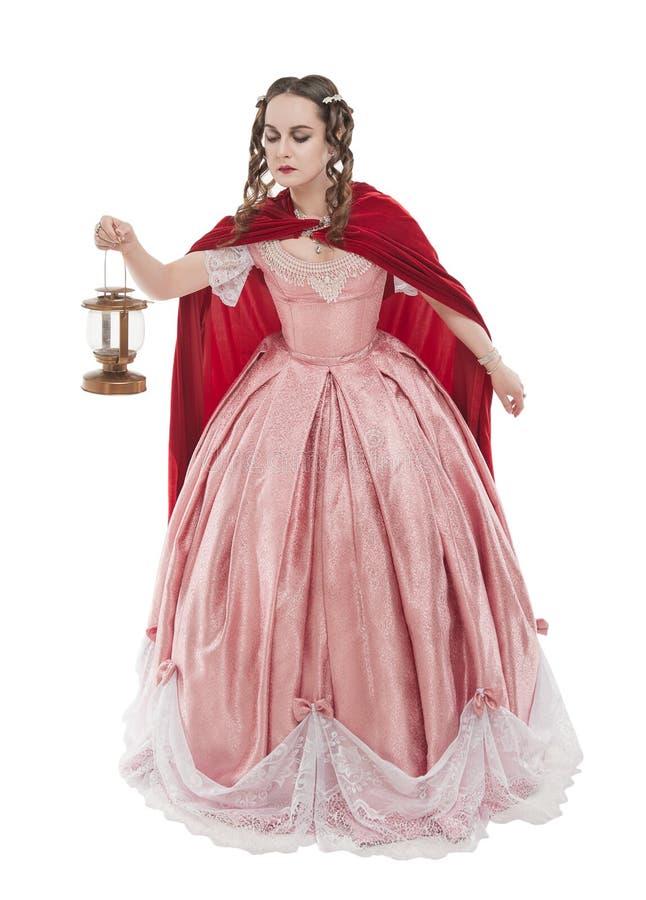 Mooie ge?soleerde vrouw in oude historische middeleeuwse kleding met lantaarn royalty-vrije stock afbeeldingen