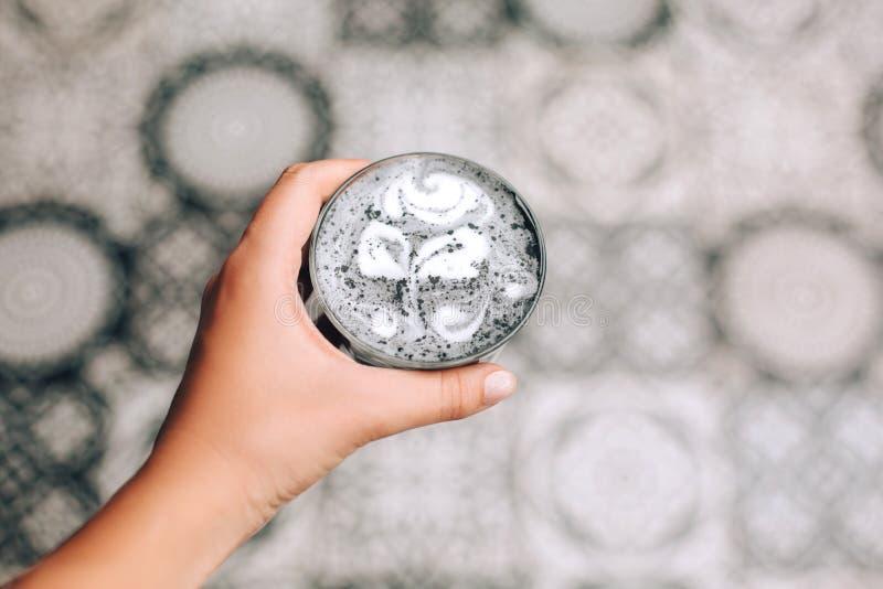 Mooie geactiveerde houtskool latte royalty-vrije stock fotografie
