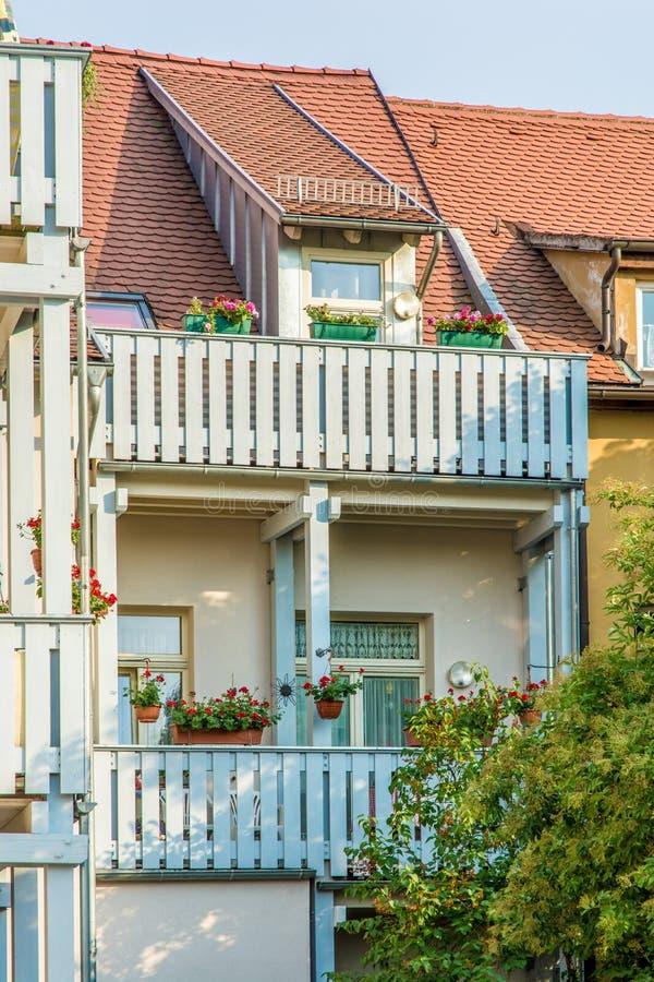 Mooie gebloeide binnenplaats met comfortabele balkons stock afbeelding