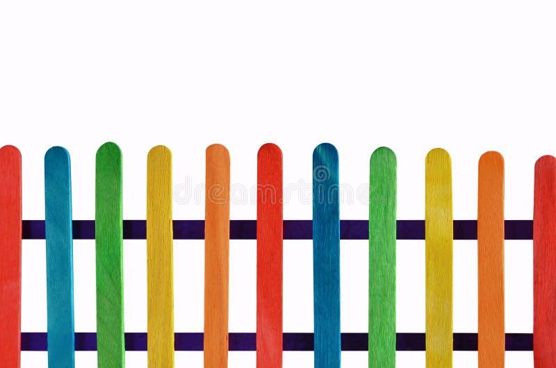 Mooie gekleurde latomheining met blauwe rekken stock afbeeldingen