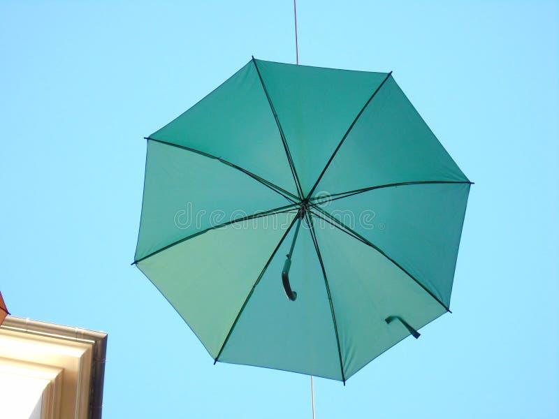 Mooie gekleurde paraplu's over de stad van Genua stock afbeelding