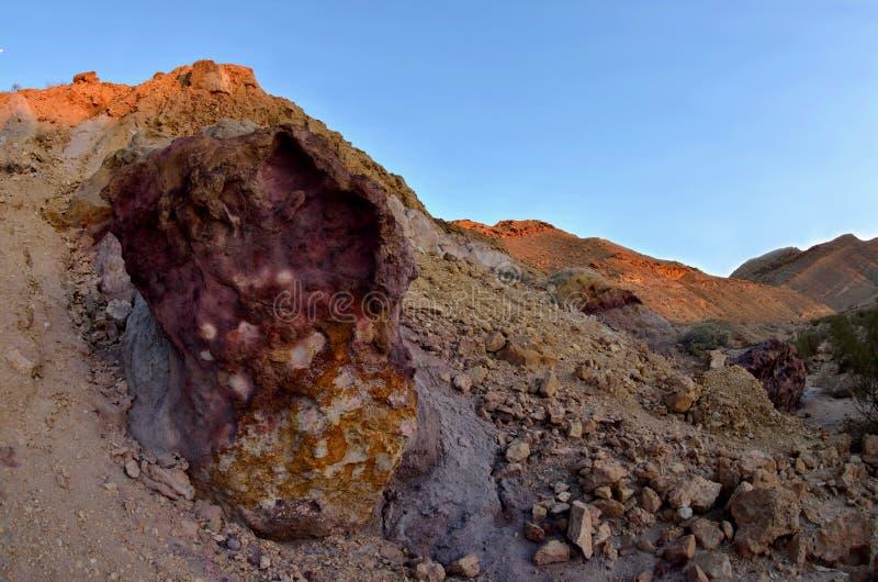 Mooie gekleurde violette en oranje rotsen van Yeruham-wadi, Midden-Oosten, Israël, Negev-woestijn royalty-vrije stock foto