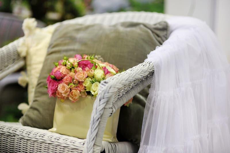 Mooie gele en roze rozensamenstelling stock foto's