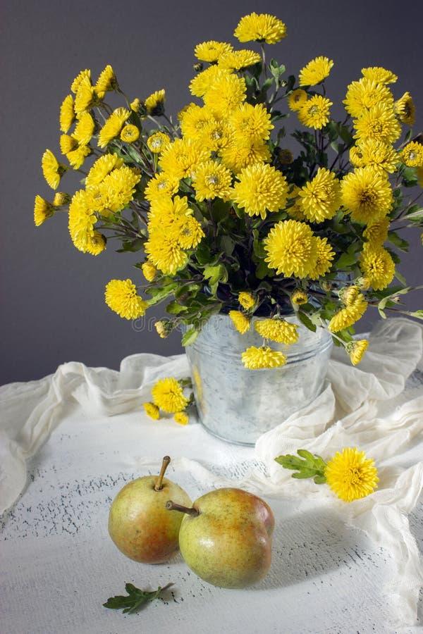 Mooie gele mums en peren stock fotografie