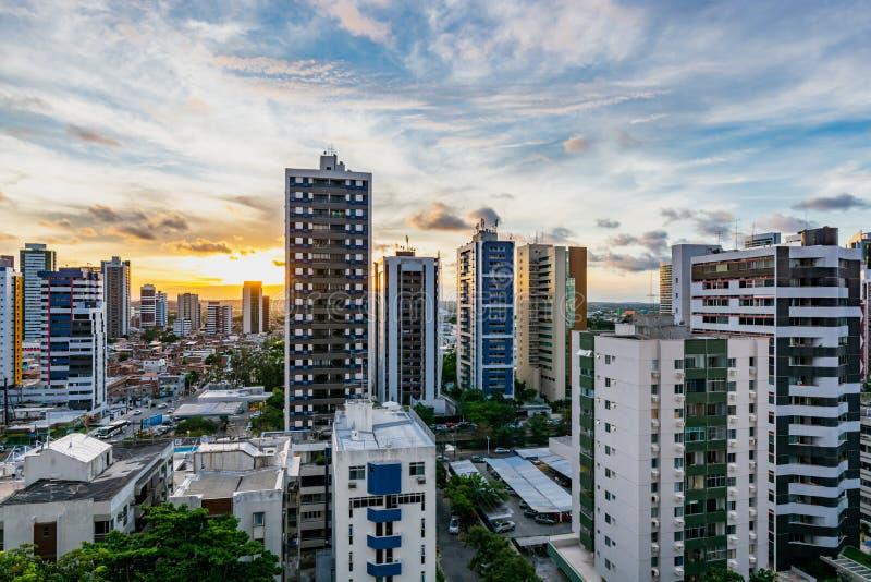 Mooie gele zonsondergang met Horizongebouwen in het Strand van Boaviagem, Recife, Pernambuco, Brazilië royalty-vrije stock foto's