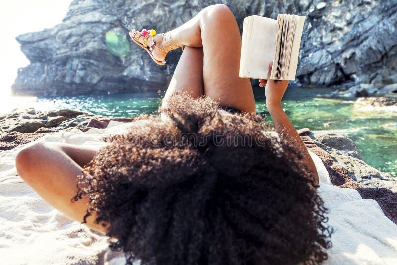Mooie gelooide vrouw die een boek lezen royalty-vrije stock afbeelding