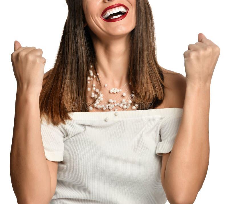 Mooie gelukkig en opgewekte vrouw uitdrukkend het winnen gebaar royalty-vrije stock fotografie