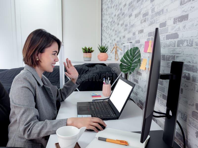Mooie, gelukkige Aziatische vrouw die werkt met een laptop computer in haar kamer, condooms royalty-vrije stock foto's