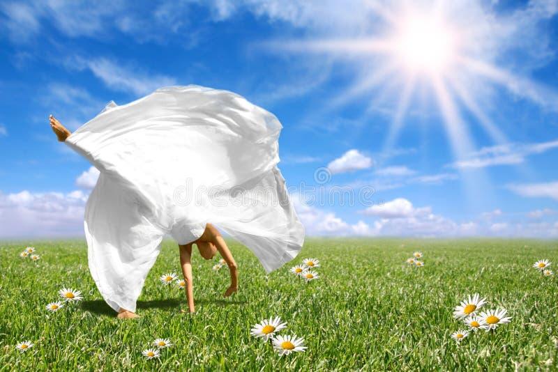 Mooie Gelukkige Bruid die een Cartwheel doet royalty-vrije stock fotografie