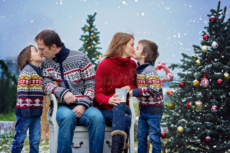 Mooie gelukkige familie van vier, hebbend pret in openlucht in de sneeuw royalty-vrije stock foto