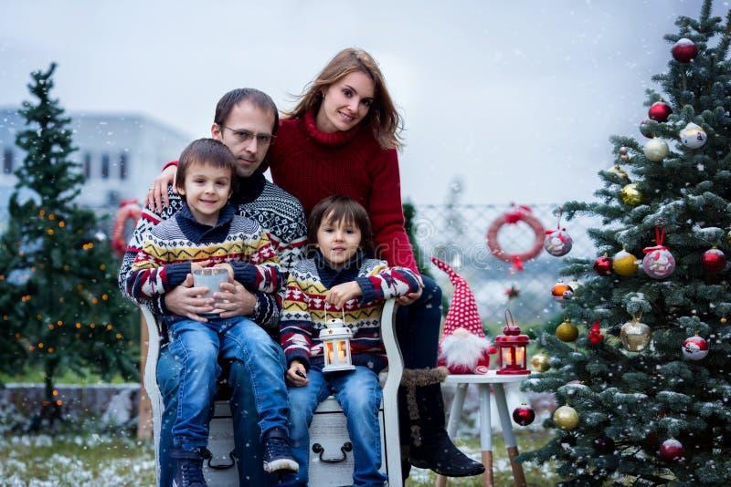 Mooie gelukkige familie van vier, hebbend pret in openlucht in de sneeuw stock foto