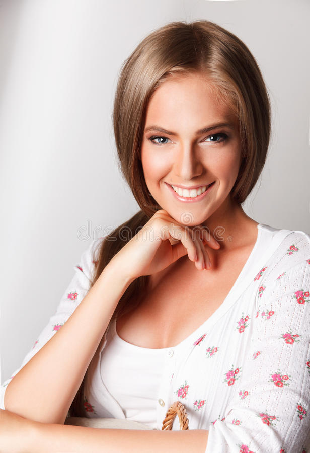 Mooie gelukkige glimlachende vrouw royalty-vrije stock foto's