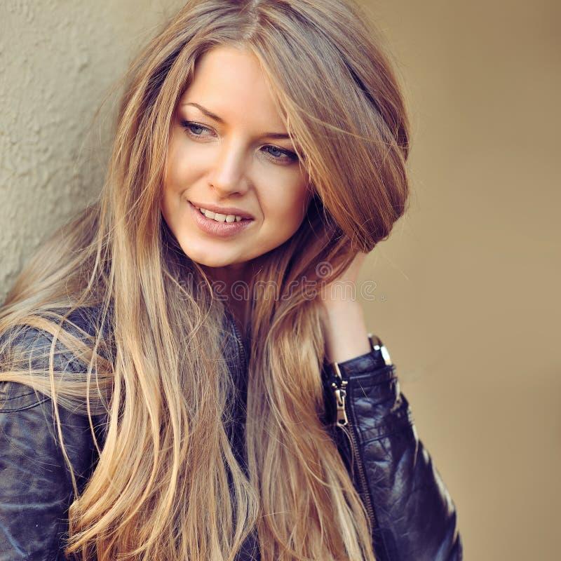 Mooie gelukkige glimlachende vrouw openlucht stock afbeeldingen