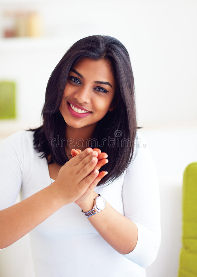 Mooie, gelukkige Indische vrouw met groetgebaar royalty-vrije stock foto's