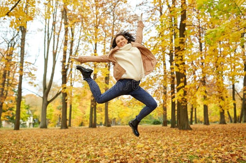 Mooie gelukkige jonge vrouw in de herfstpark stock foto's