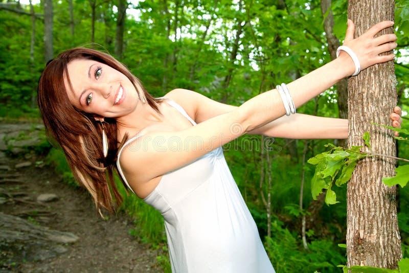 Mooie Gelukkige Jonge Vrouw die een Boom houdt royalty-vrije stock foto