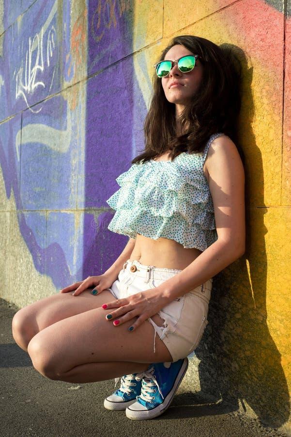 Mooie Gelukkige Jonge Vrouw in openlucht stock afbeeldingen
