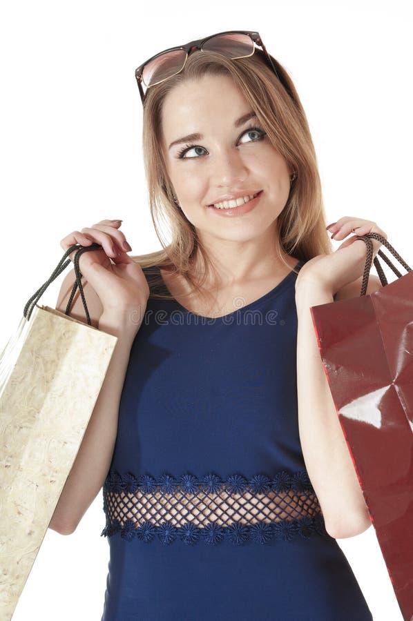 Mooie gelukkige jonge vrouwenholding het winkelen giftzakken. stock afbeeldingen