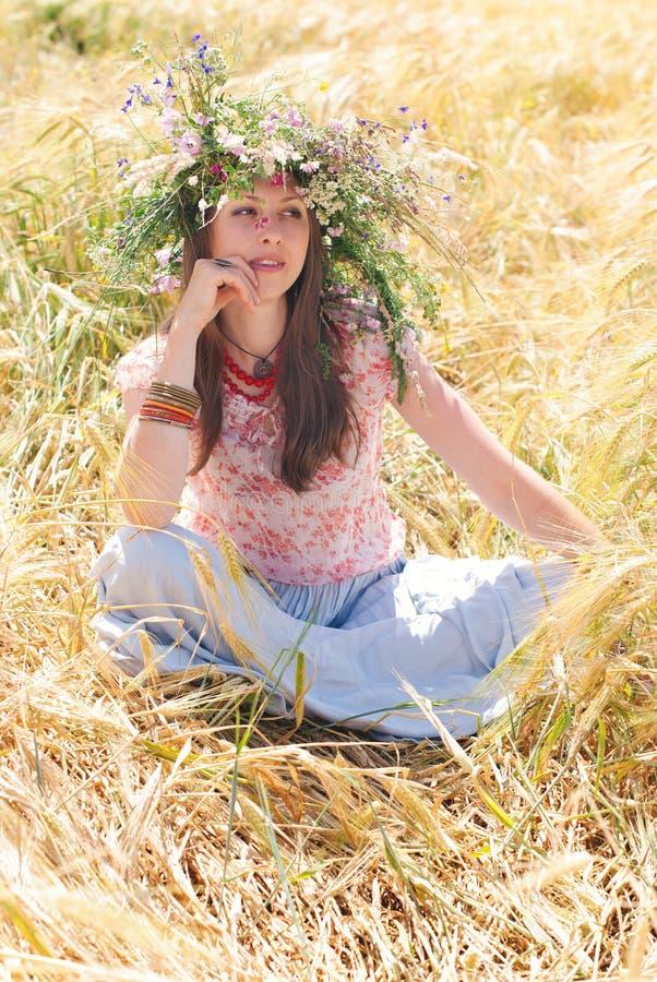 Mooie gelukkige vrouw in bloemkroon in de zomer royalty-vrije stock afbeeldingen