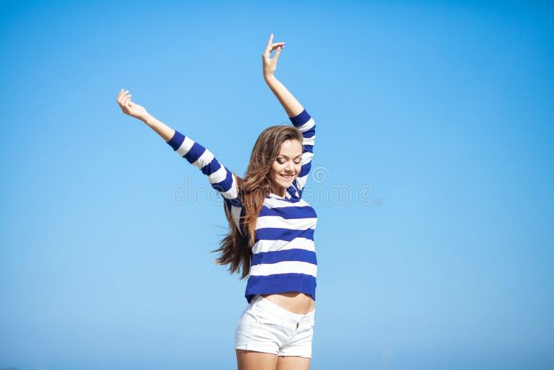 Mooie gelukkige vrouw die van de zomer in openlucht genieten royalty-vrije stock foto's